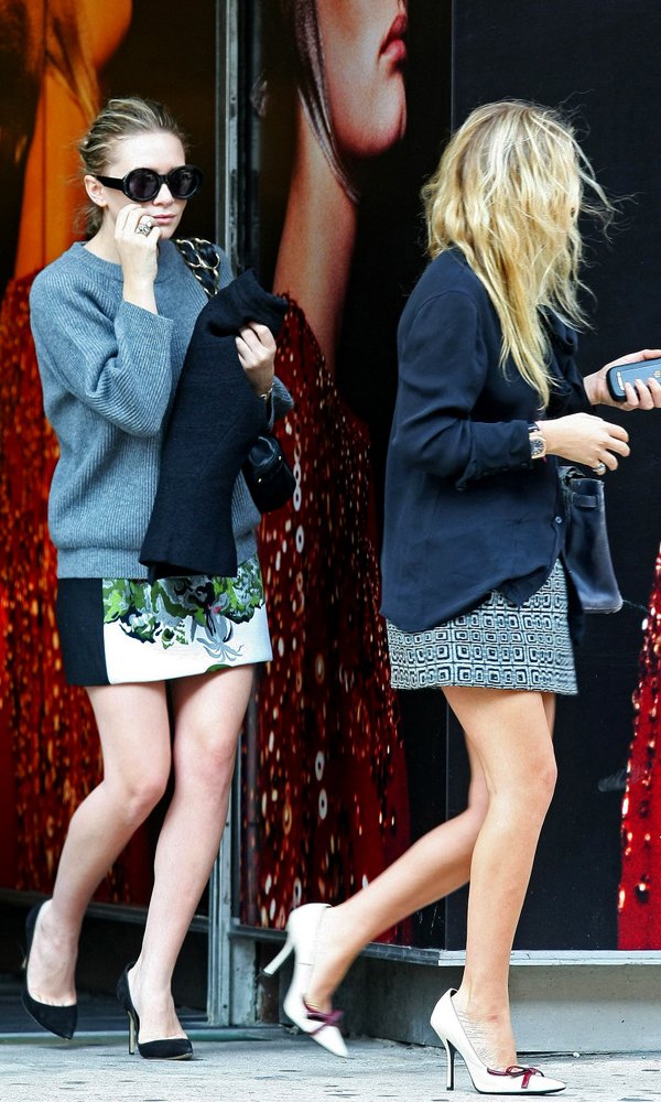 Olsens-Anonymous-Blog-Style-Fashion-Twins-Get-The-Look-17-Of-Mary-Kate-And-Ashley-Olsens-Best-Summer-Skirt-Looks-MKA-Mini-Print-Skirts